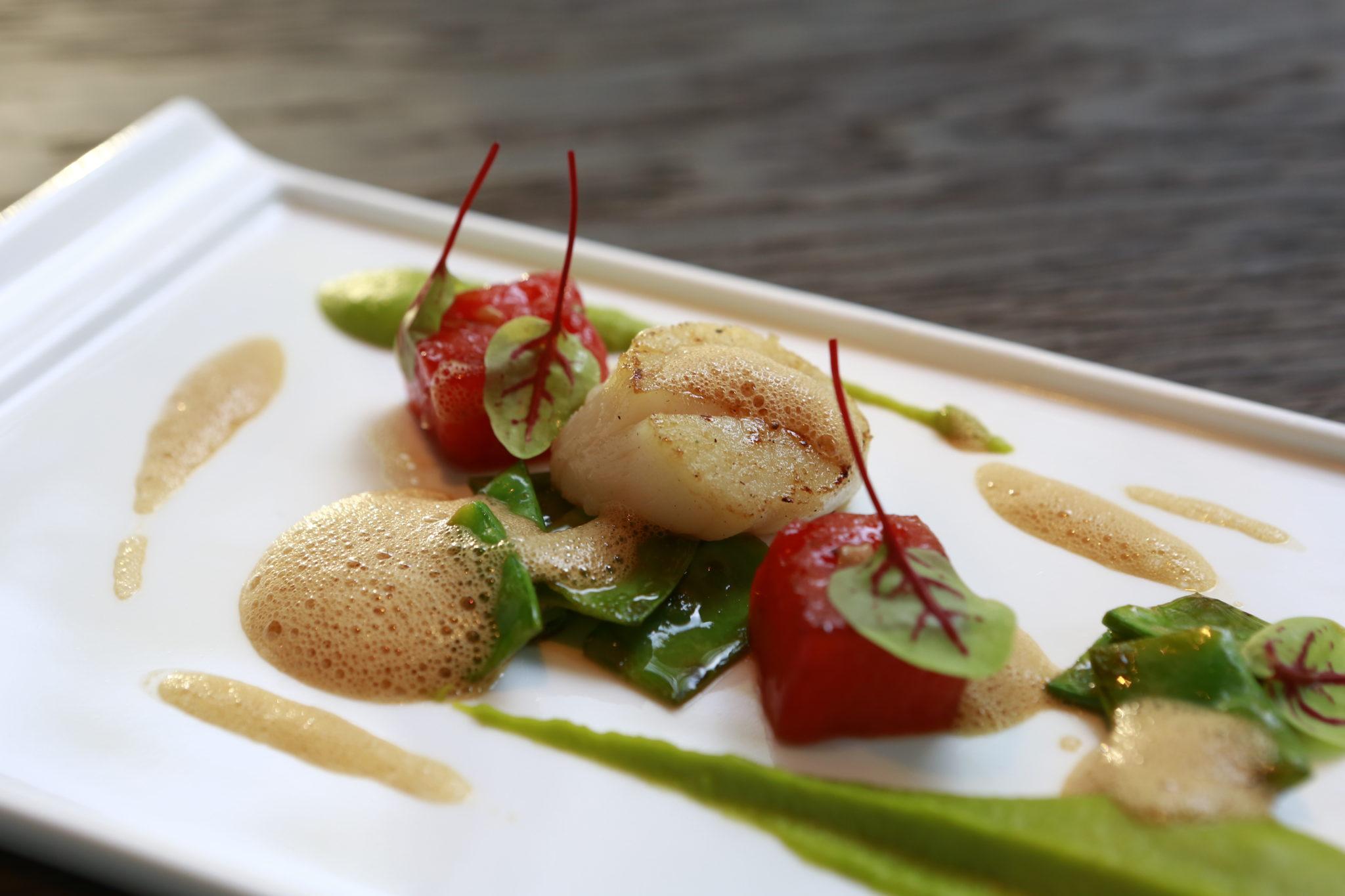 Geschmackskompass im Chateau9 Jakobsmuschel an Erbsenpüree und Wassermelone