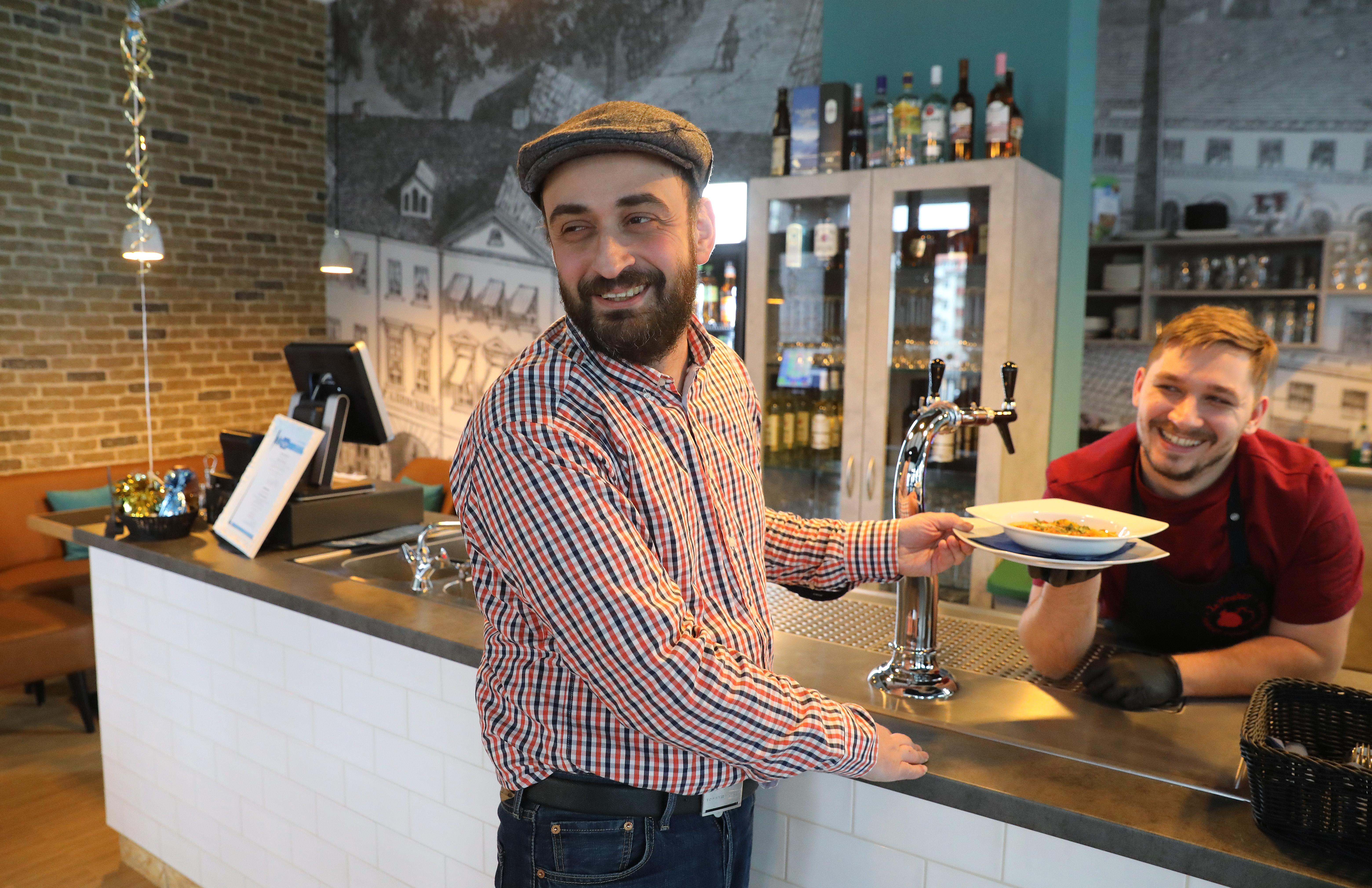 Jakow Kerzhner und Boleslav Glavatki im Koscher Restaurant Salomon in Leipzig